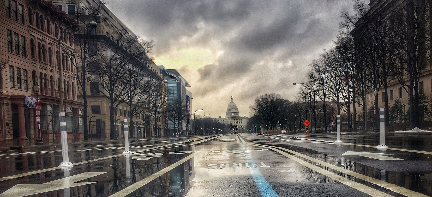 Gloomy photo of the U.S. Capitol in the rain at night